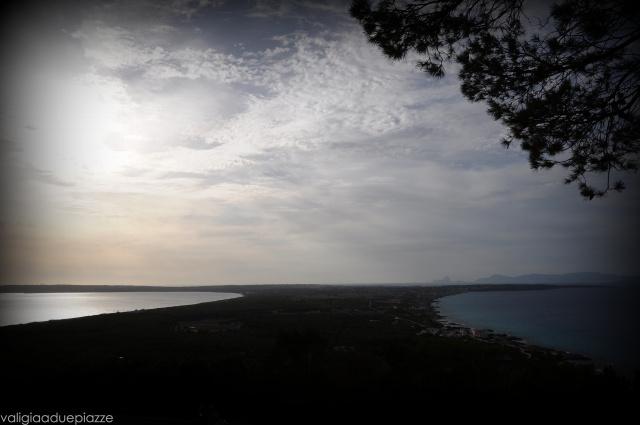 Andando a El Pilar de La Mola, fermatevi a El Mirador dove c'è una vista splendida su tutta l'isola