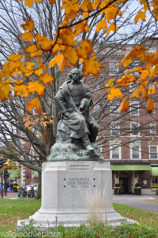 La statua dello scrittore Nathaniel Hawthorne