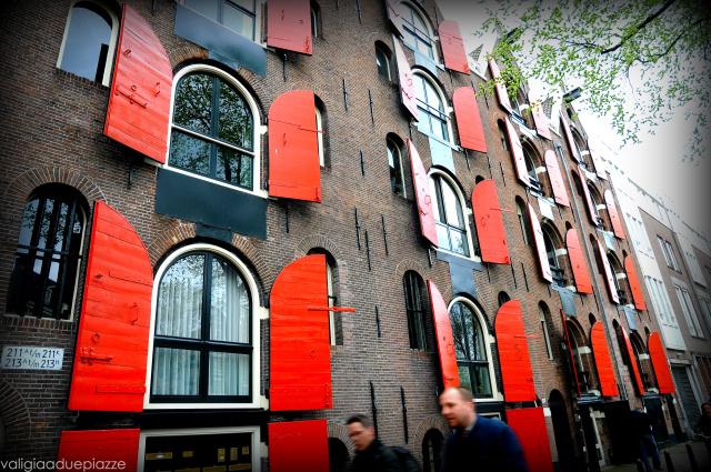 Questo palazzo con le persiane rosse è un buon riferimento per trovare già da lontano la Pankake Bakery.