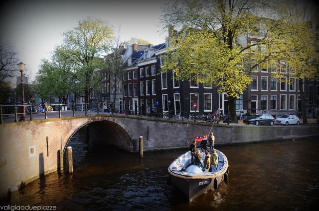barca sul canale amsterdam