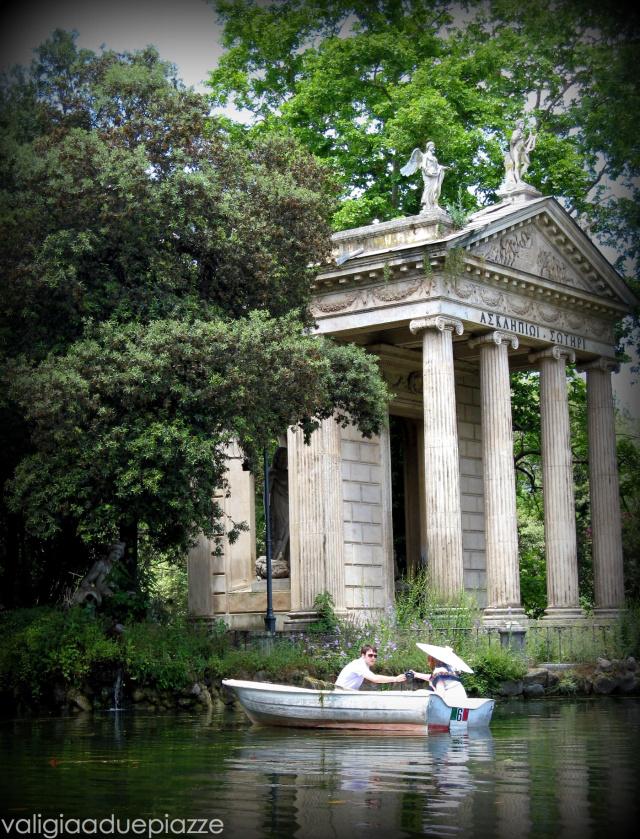 Il tempio di Esculapio che si affaccia sul laghetto
