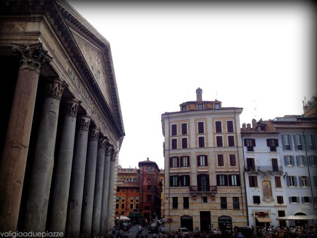Subito sotto, il Pantheon