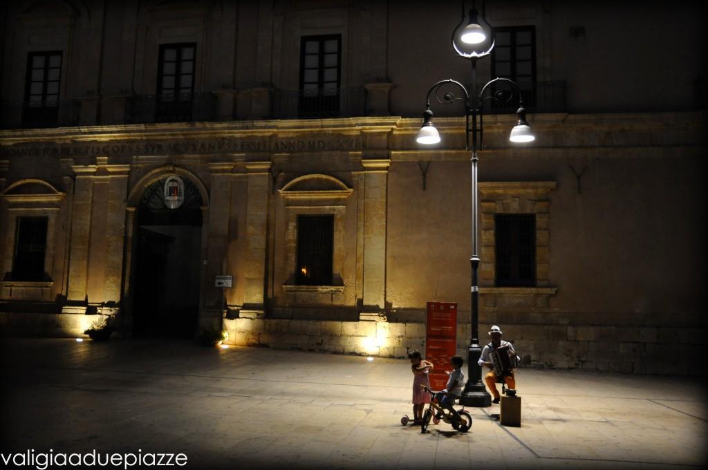 Uno scorcio di vita in piazza Duomo a Ortigia