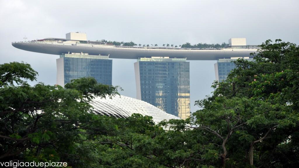 L'originale forma di una delle piscine più pazze del mondo, quella che domina la baia di Singapore dal Marina Bay Sands