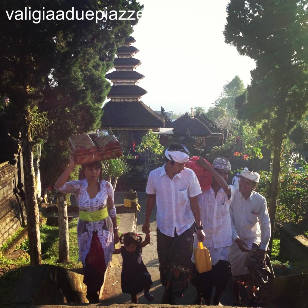 Offerte al Besakih temple di Bali Indonesia
