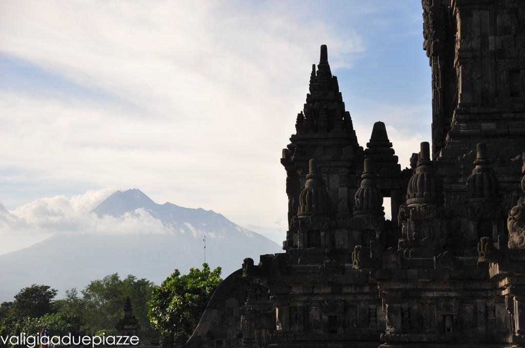 Il vulcano Merapi alle spalle del tempio