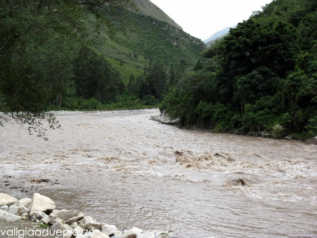 costeggiando il letto del fiume urubamba
