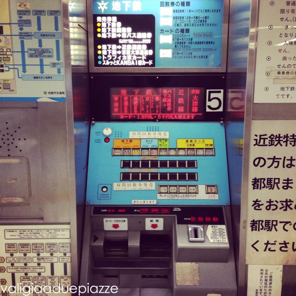 Qui siamo a Kyoto. Non spaventatevi, è più facile di quel che appare acquistare un ticket della metropolitana. E poi ci sarà sempre qualcuno pronto a soccorrervi in caso di necessità.