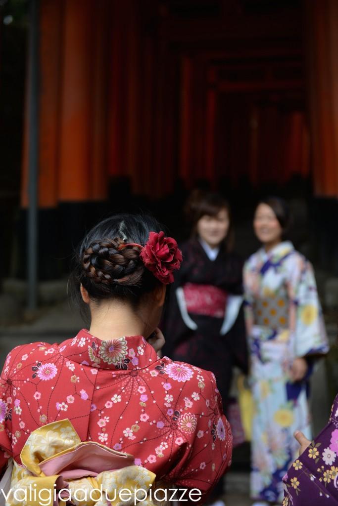 ragazze in yukata a fustini inari