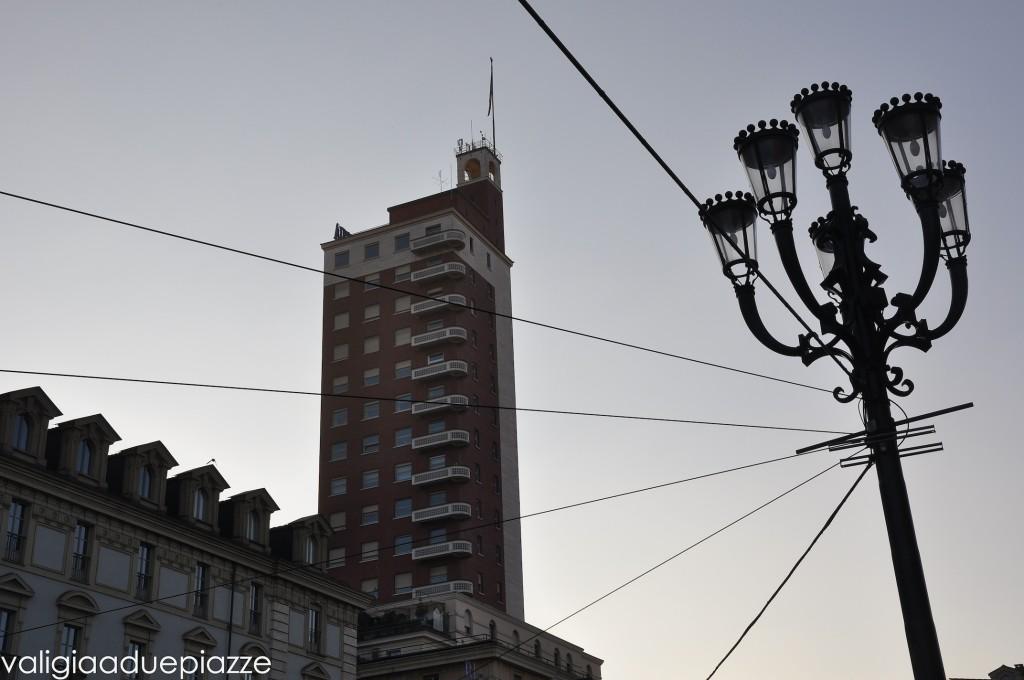 La Torre Littoria, esempio di architettura razionalista, si trova dietro a via Roma.