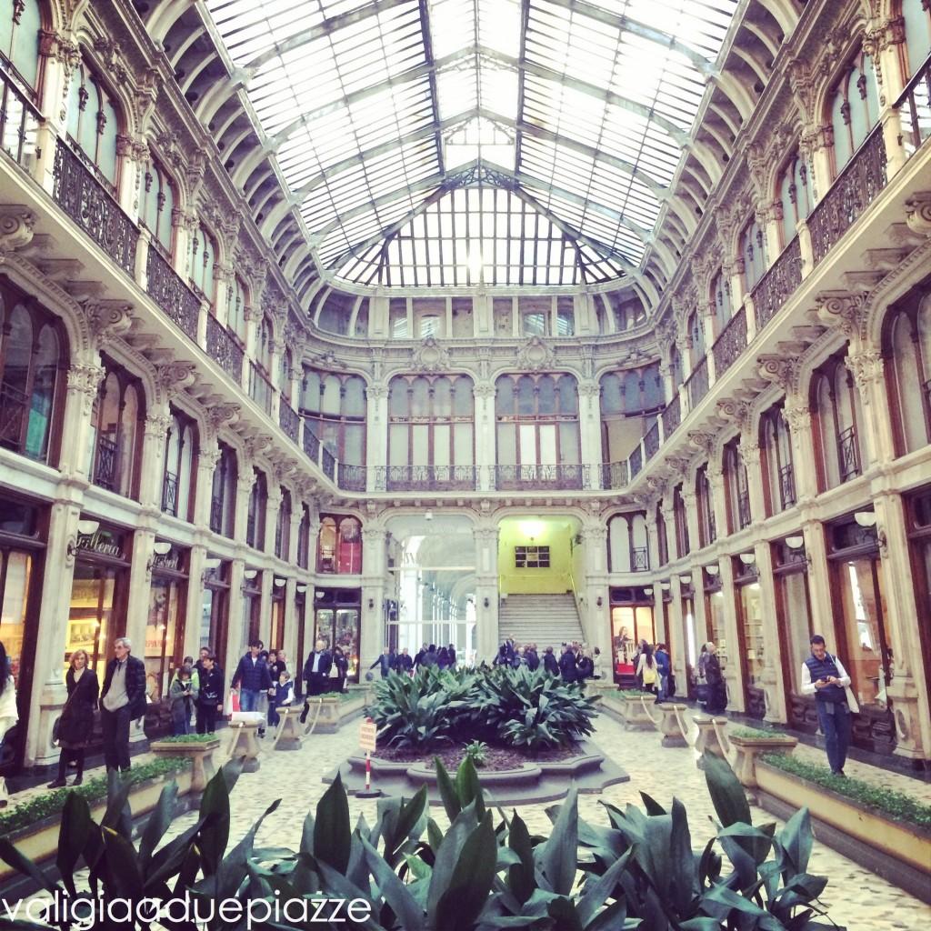 La Galleria Subalpina, sotto i portici di Piazza Castello, quasi all'angolo con via Po.