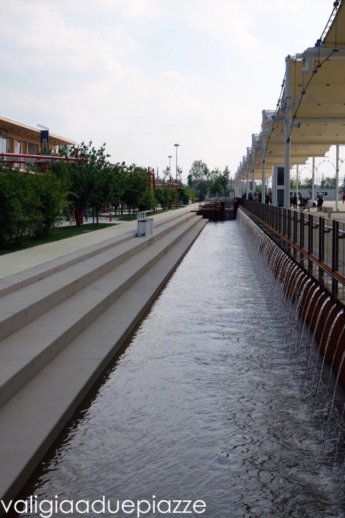 Una delle vie d'acqua che circondano il sito di Expo e che fluiscono dal Canale Villoresi.