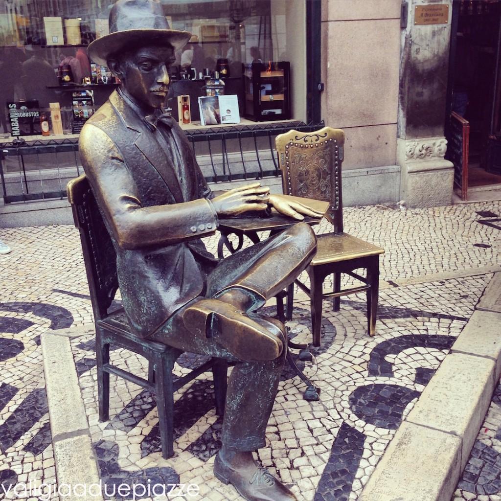 statua pessoa lisbona