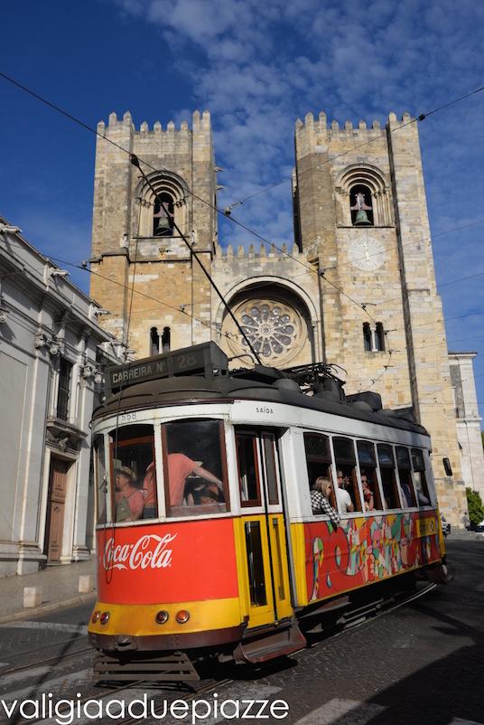 La Cattedrale Sé e il tram 28 all'Alfama