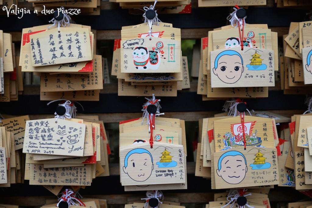 Nei templi giapponesi c'è sempre la zona dedicata alle offerte votive che, nella cultura del Sol Levante, ricordano sempre le arti grafiche dei manga e degli anime.