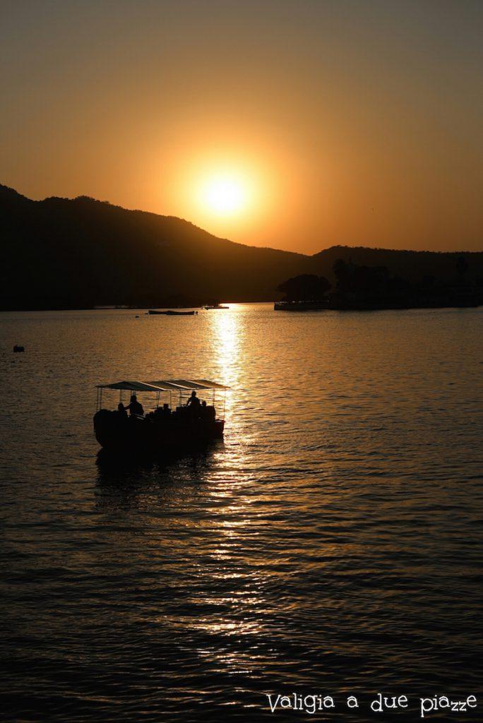 lago pichola udaipur india tramonto