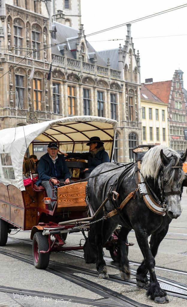 Markt Bruges carrozze cavalli