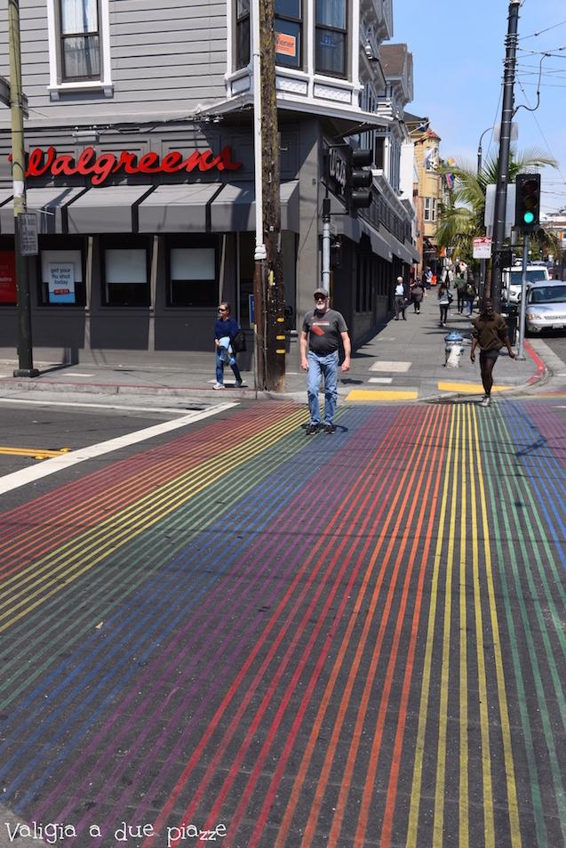 Strisce pedonali arcobaleno a Castro, quartiere LGBT della città