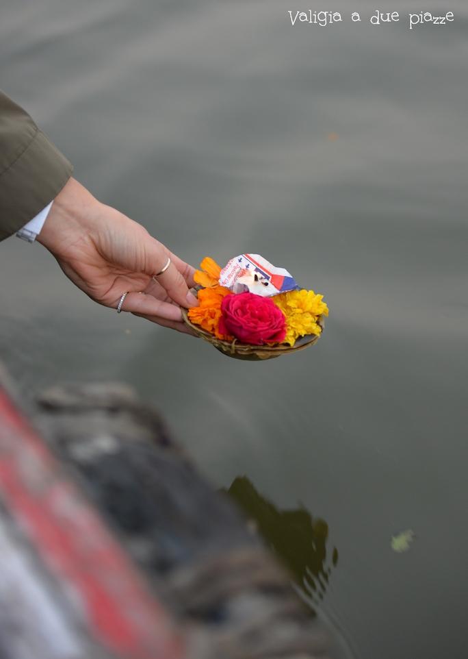 Offerta fiume Varanasi