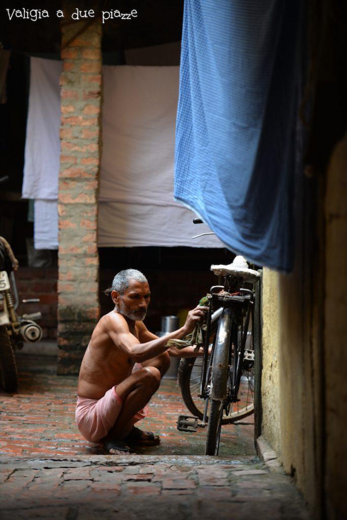 varanasi india uomo bicicletta