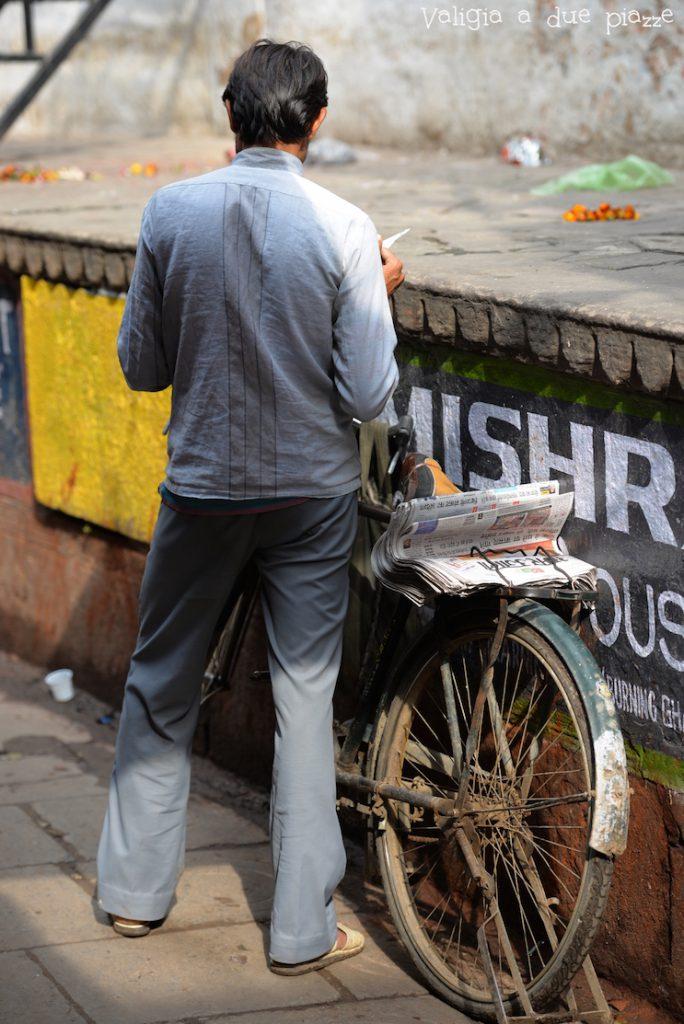 uomo bicicletta varanasi india