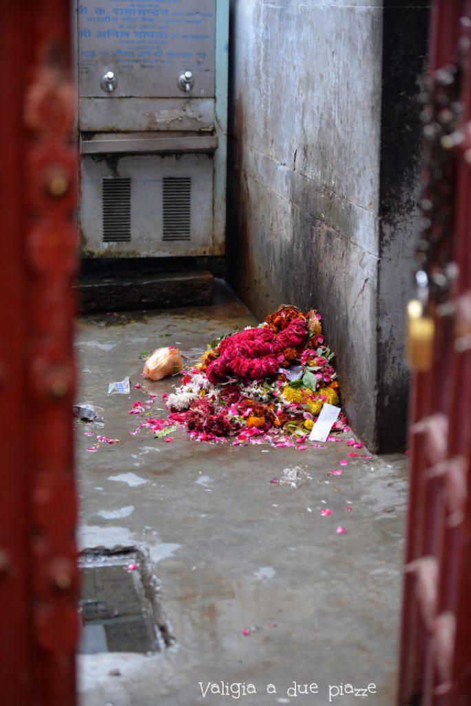 detriti fango strade varanasi india