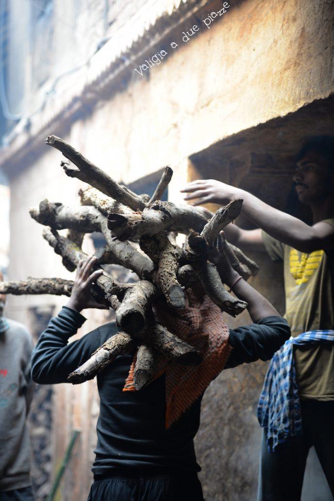 legna per cremazioni Manikarnika Ghat Varanasi India