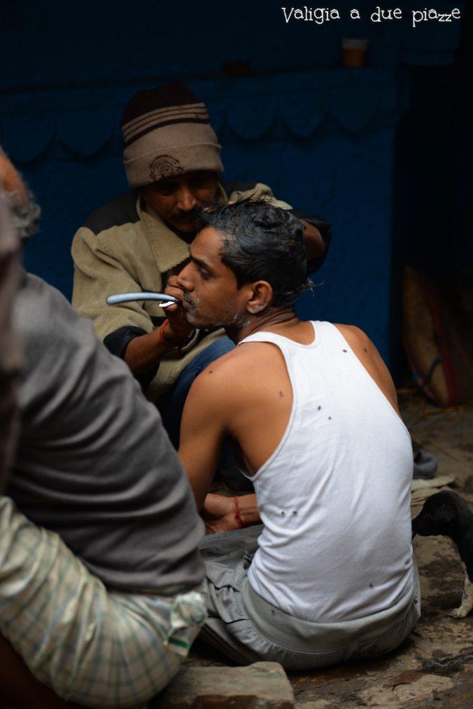 rasatura uomini induisti varanasi cremazione