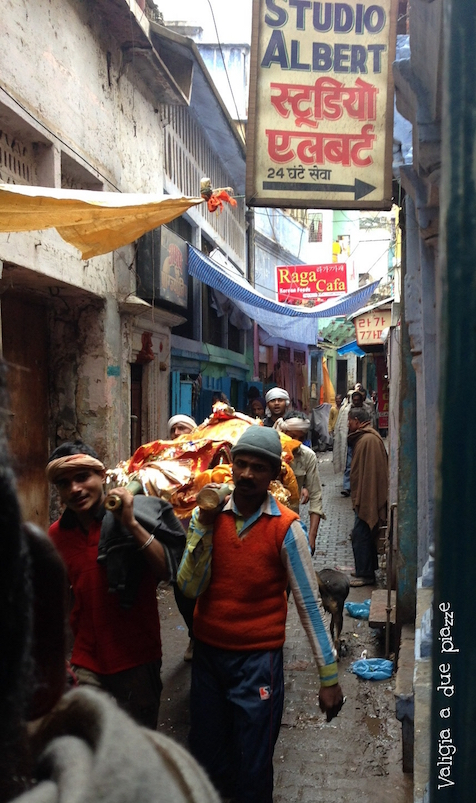 arrivo della salma al Manikarnika Ghat
