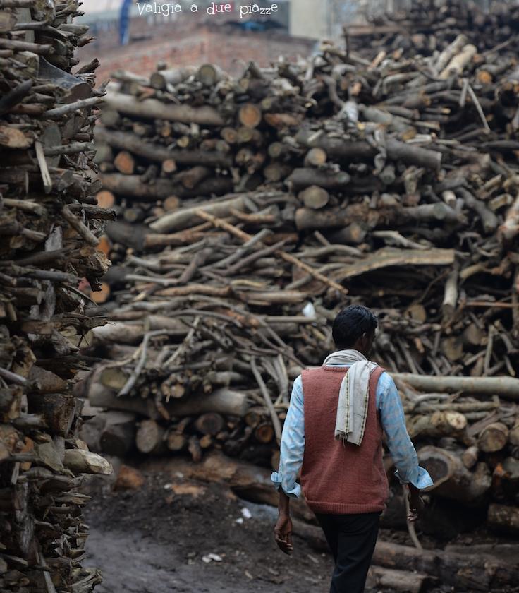 legna per cremazioni Varanasi India