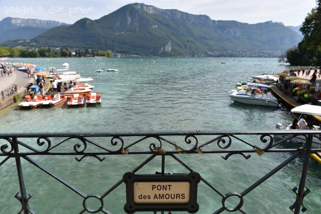 Il ponte degli amori si trova all'ingresso del canale Vassé sul Lago di Annecy