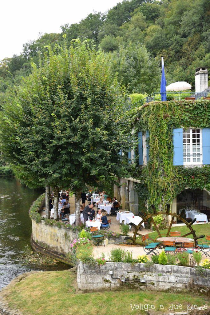 Ricordatevi di prenotare per tempo al ristorante Moulin de l'Abbaye, al bordo della Dronne