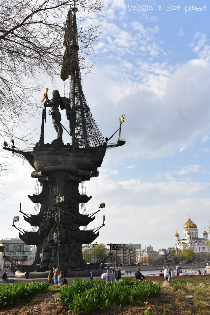 Questa statua raffigura Pietro il Grande ed è alta 94 metri, ma si racconta che in un primo momento dovesse rappresentare Cristoforo Colombo su una caravella.