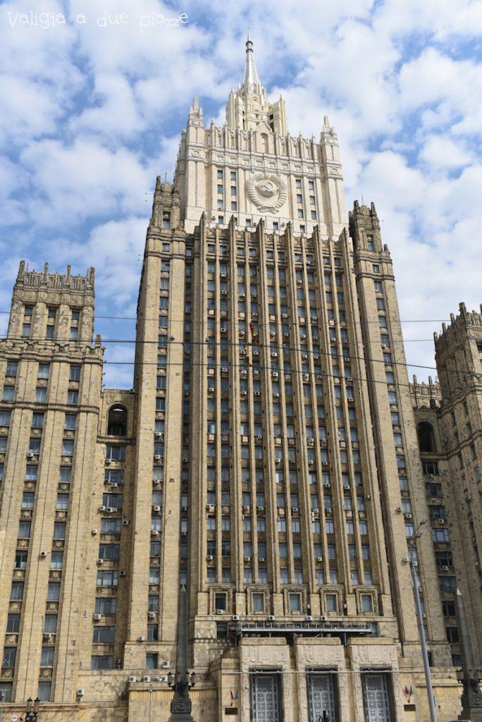 La sede del Ministero degli Esteri a Mosca si trova all'interno di una delle Sette Sorelle, vicino all'antico quartiere dell'Arbatskaja.