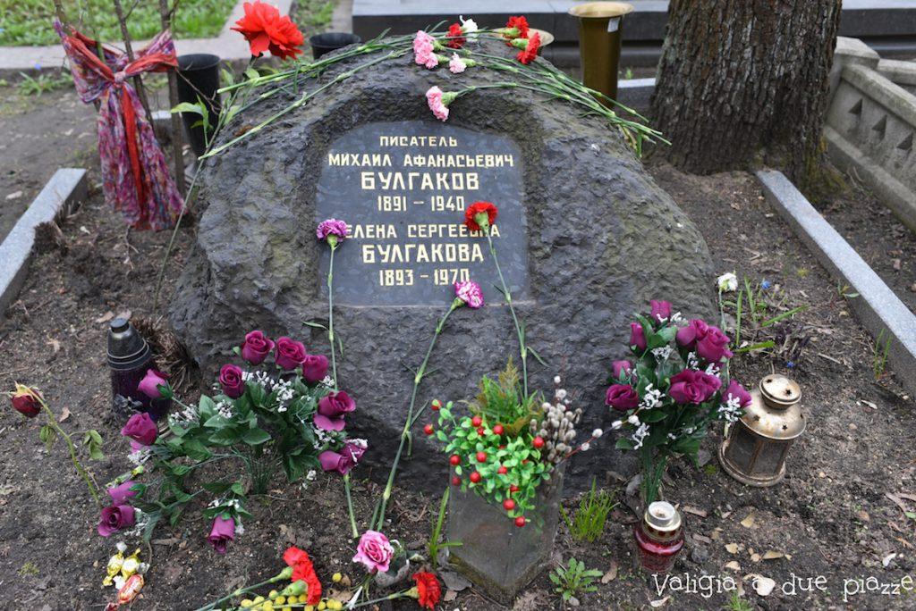 La lapide di Bulgakov nel cimitero di Novodevichy