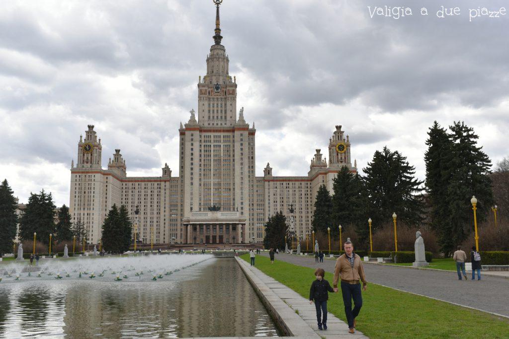 L'edificio principale dell'Università statale di Mosca è una delle cosiddette Sette Sorelle. Andateci dopo aver ammirato il panorama dalla Collina del Passero.