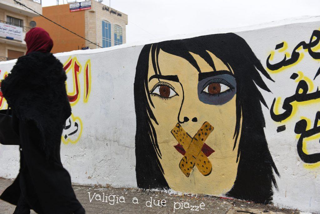 Murale contro la violenza di genere in una strada di Madaba