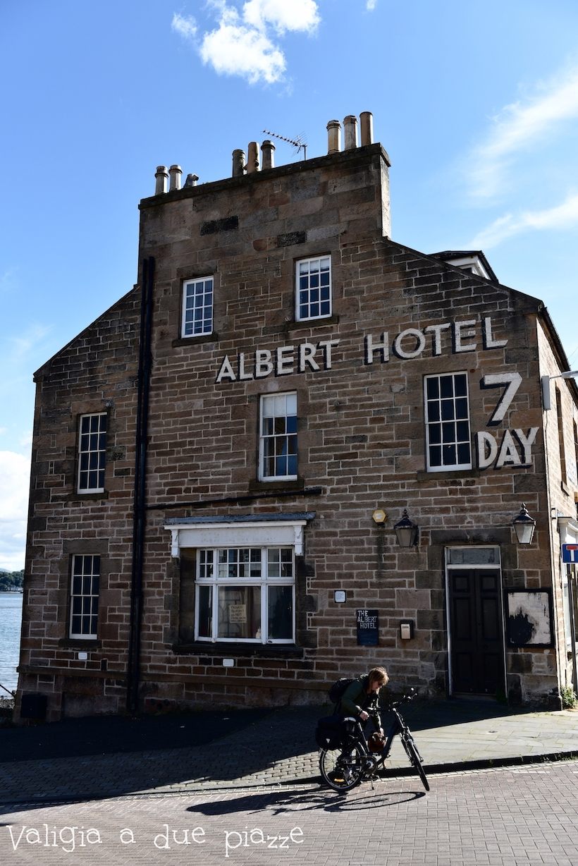 Uno degli spot più interessanti al Firth of Forth, il vecchio Albert Hotel ora in disuso