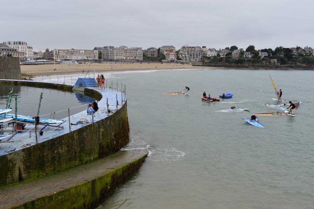 La piscina d'acqua di mare aperta gratuitamente 7 su 7 e 24 ore su 24 a Dinard, in Bretagna