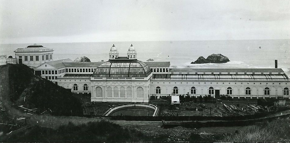L'esterno dei Sutro Baths di San Francisco in una foto d'epoca.