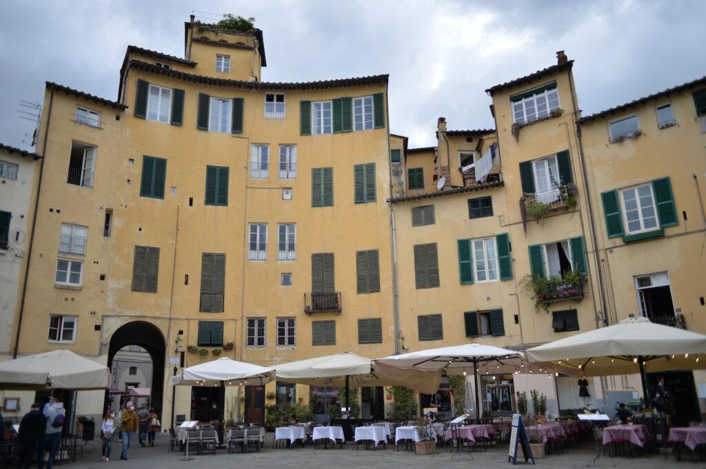 Piazza Anfiteatro a Lucca